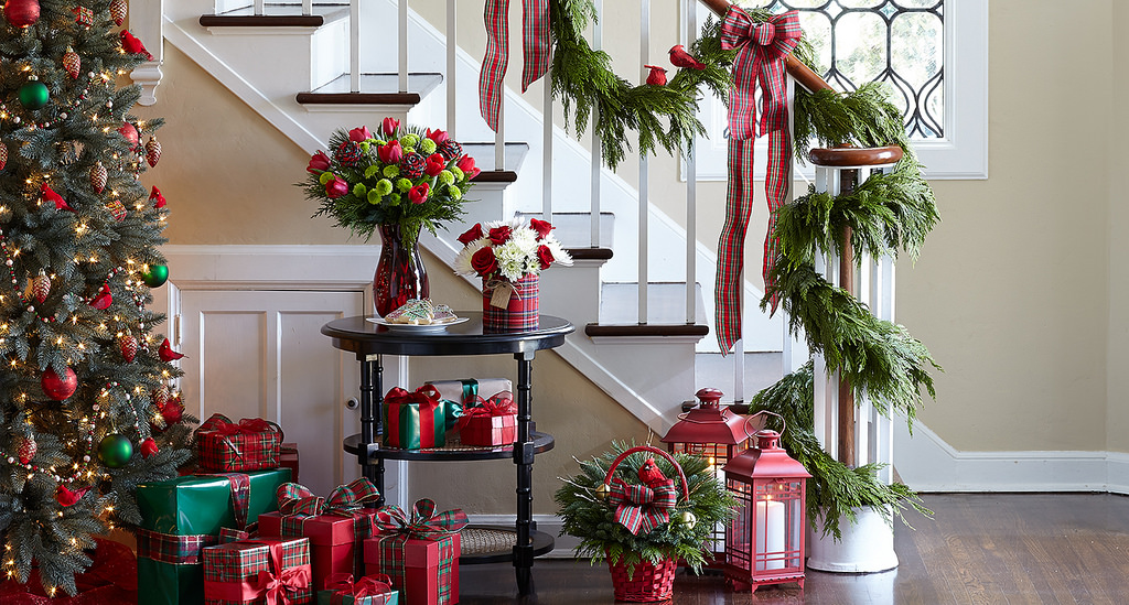 Six damage free no nail holiday home decorating ideas for Seasonal decorations home
